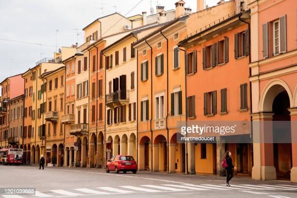 """typisk gatuvy över staden bologna, italien. - """"martine doucet"""" or martinedoucet bildbanksfoton och bilder"""