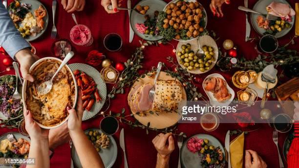 typisch zweeds scandinavisch kerst eten smörgåsbord - tafel stockfoto's en -beelden