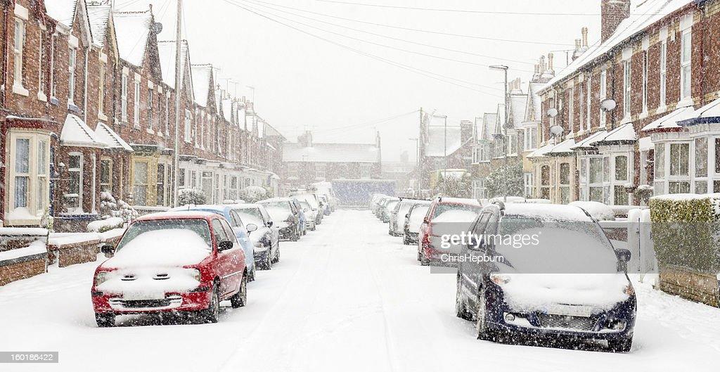 Típica Reino Unido street no inverno neve : Foto de stock
