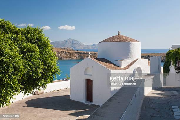 typical whitewashed church, lindos, rhodes, greece - lindos stockfoto's en -beelden