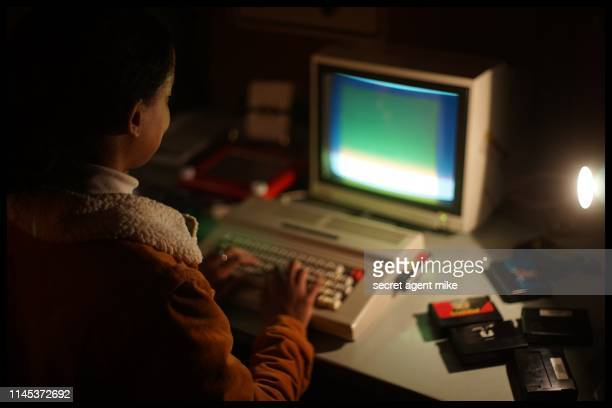 typing on classic computer - universal history archive stockfoto's en -beelden