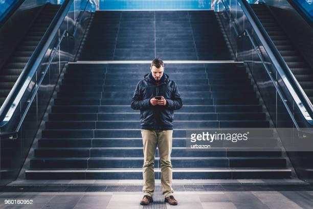 escribiendo en el teléfono inteligente  - vertical red tube fotografías e imágenes de stock