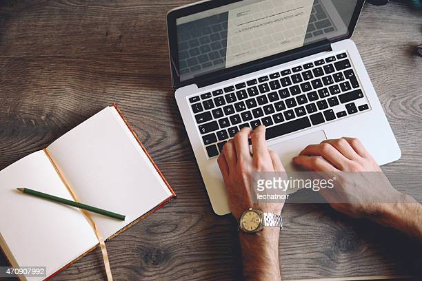 typing on the keyboard - authors stockfoto's en -beelden
