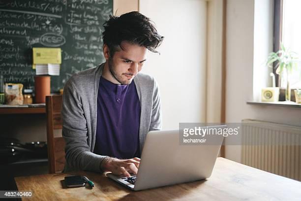 digitando no laptop - authors - fotografias e filmes do acervo