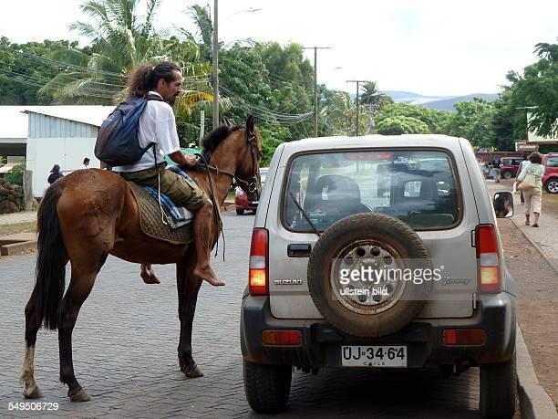 Typische Strassenszene in Hanga Roa der einzigen Siedlung auf der Osterinsel Pferde und Autos sind populäre Fortbewegungsmittel