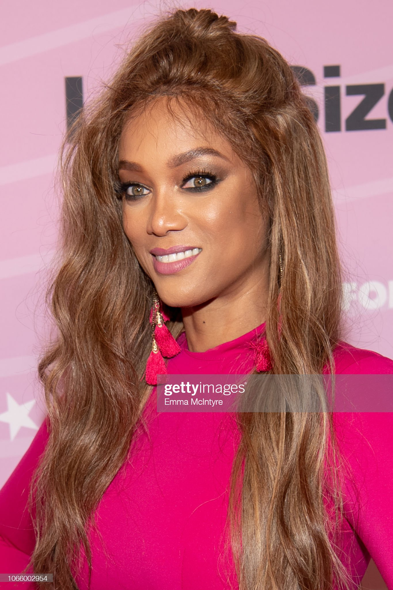 Hazel eyes - Personas famosas con los ojos de color AVELLANA Tyra-banks-attends-the-premiere-of-life-size-2-at-hollywood-roosevelt-picture-id1066002954?s=2048x2048