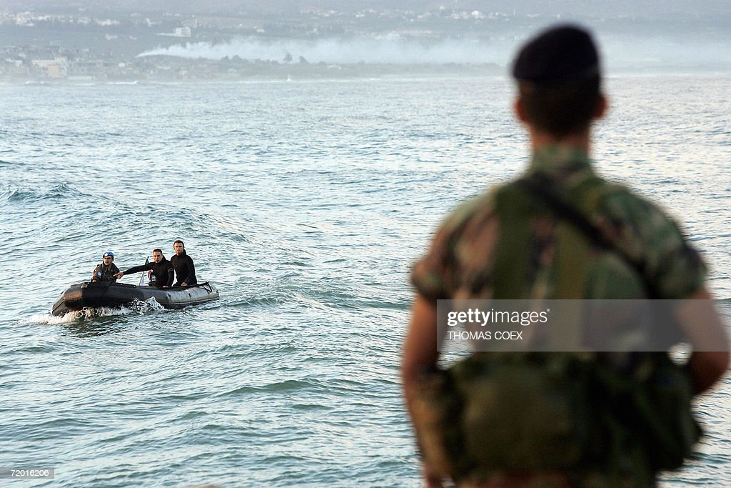 A Lebanese soldier (R) looks at an Itali : News Photo