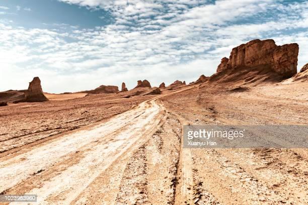 tyre tracks through the desert - extremlandschaft stock-fotos und bilder