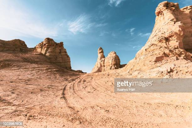 tyre tracks through the desert - extreme terrain stock pictures, royalty-free photos & images