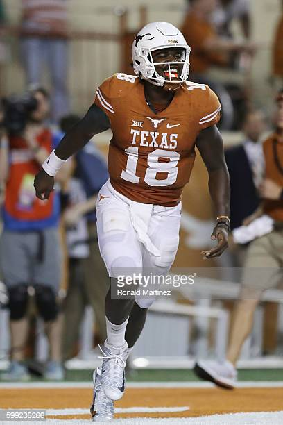 Tyrone Swoopes of the Texas Longhorns celebrates scoring a touchdown during the second quarter against the Notre Dame Fighting Irish at Darrell K....