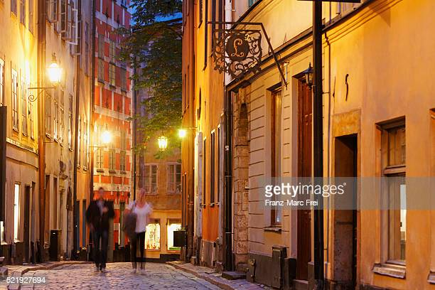 tyska brinken alley in the old town, gamla stan, stockholm, sweden - pedestrian zone stock pictures, royalty-free photos & images