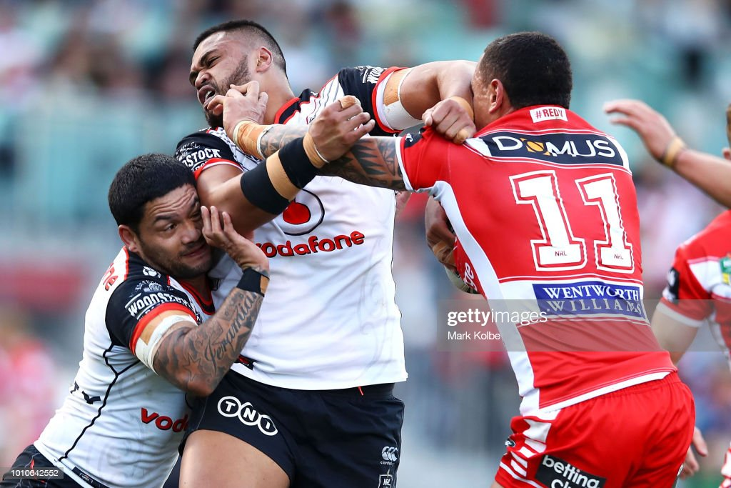 Tyson Frizell of the Dragons is tackled by Issac Luke and Sam Lisone of the Warriors during the round 21 NRL match between the St George Illawarra Dragons and the New Zealand Warriors at WIN Stadium on August 4, 2018 in Wollongong, Australia.