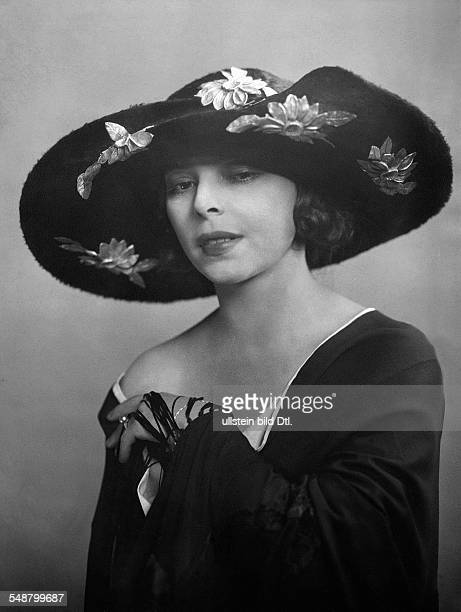 Tzatschewa Manja Actress Bulgaria portrait with hat Photographer Suse Byk Published by 'Die Dame' 22/1922 Vintage property of ullstein bild