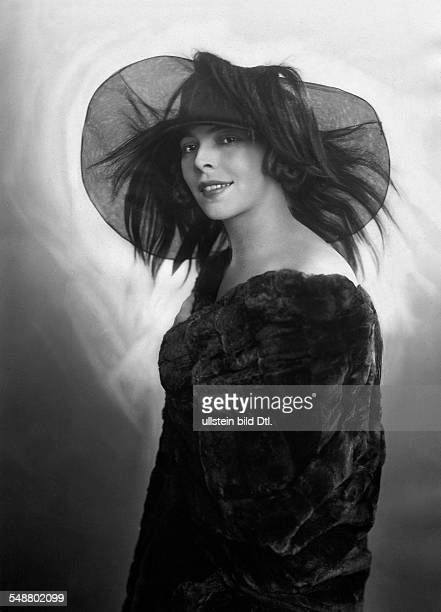 Tzatschewa Manja Actress Bulgaria portrait with hat Photographer Suse Byk Published by 'Die Dame' 24/1922 Vintage property of ullstein bild