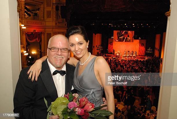 """Tzi , Ehefrau Sonja, 4. """"Semper Opernball"""", Dresden, Sachsen, Deutschland, Europa, Loge, umarmen, Blumenstrauß, Ball, feier, feiern, Schlager-Sänger,"""