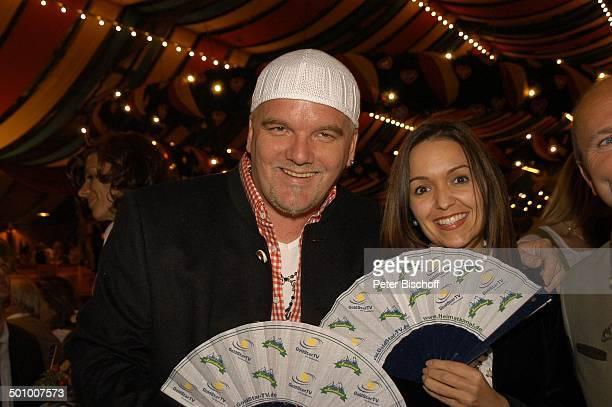 """Ötzi , Ehefrau Sonja Kien, """"Prominenten Wies'n Stammtisch"""" von """"Goldstar TV"""", München, Deutschland, , P.-Nr. 1224/2005, """"Oktoberfest"""", """"Festzelt"""",..."""