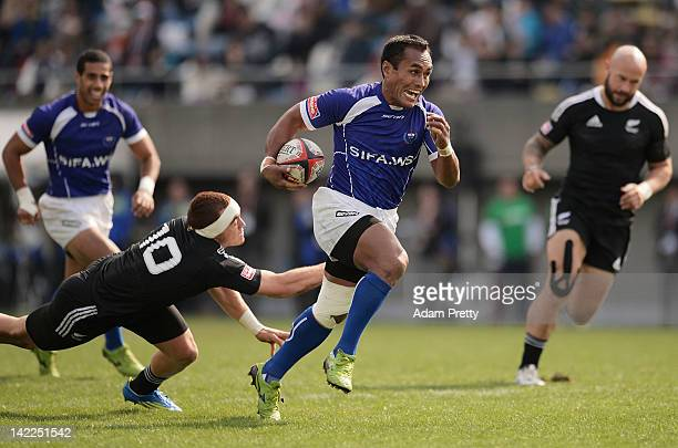 Uale Mai of Samoa makes a break in the New Zealand vs Samoa match during day two of the Tokyo Sevens at Prince Chichibu Stadium on April 1, 2012 in...