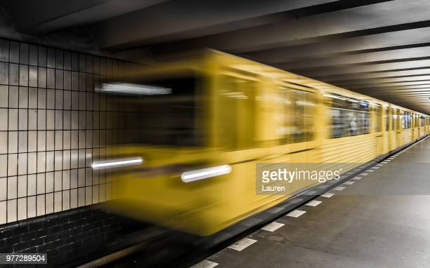 u-bahn berlin - u bahnsteig stock-fotos und bilder