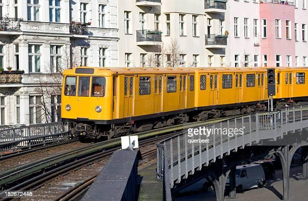 u-bahn in berlin - u bahnzug stock-fotos und bilder