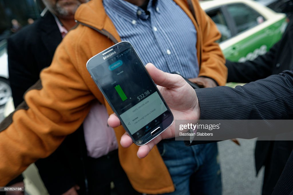 Uber App displays driver's revenue : Stock Photo