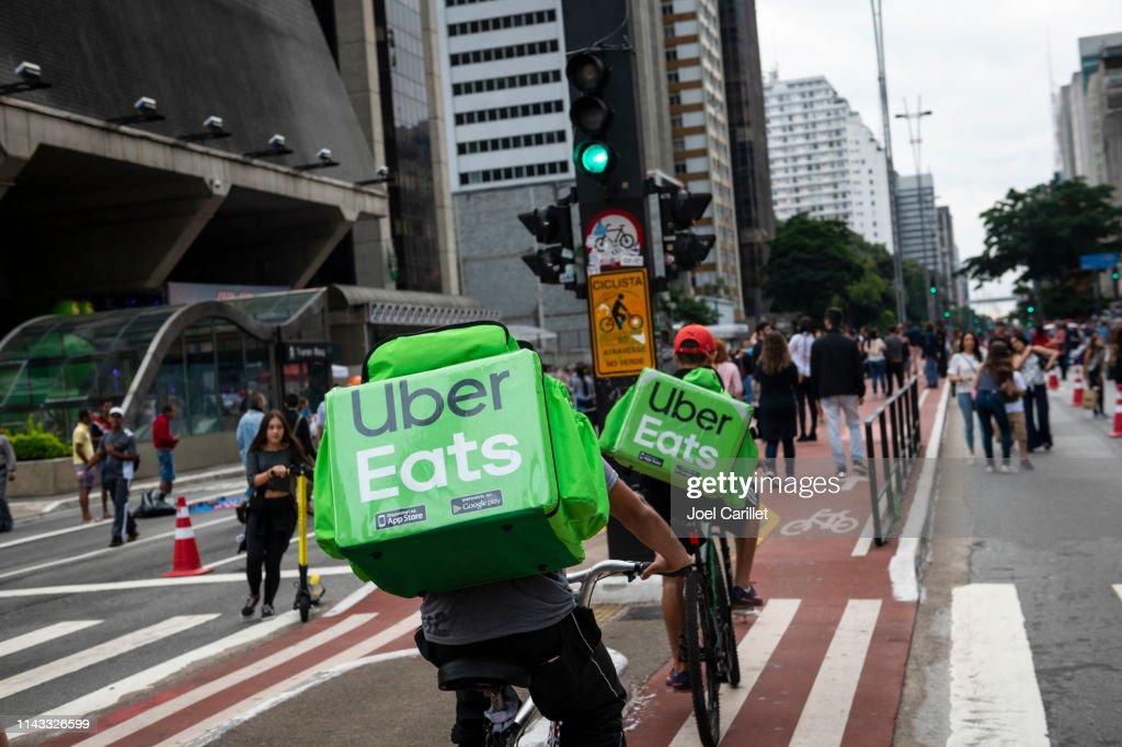 Uber Eats bicycle delivery in São Paulo, Brazil : Foto de stock