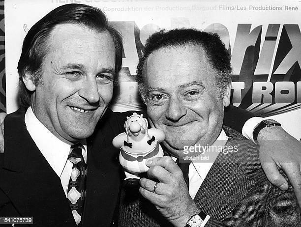 Uderzo Albert *1927Zeichner Cartoonist Frankreich mit seinem Partner Rene Goscinny und ihrer ComicFigur Obelix 1976