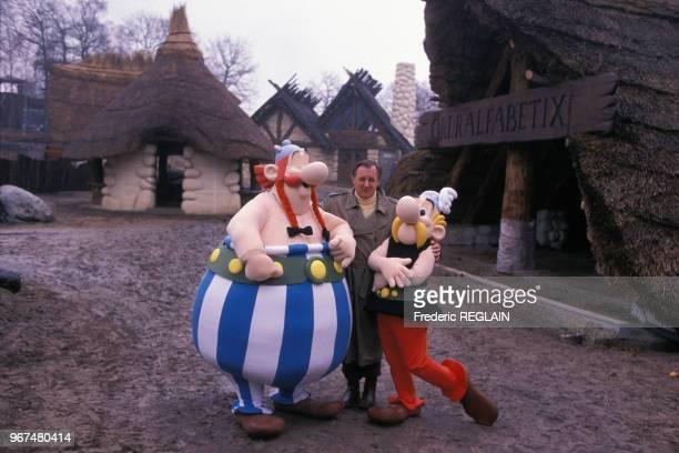 Uderzo au Parc Astérix avec les mascottes d'Obélix et Astérix le 30 novembre 1988 à Plailly France