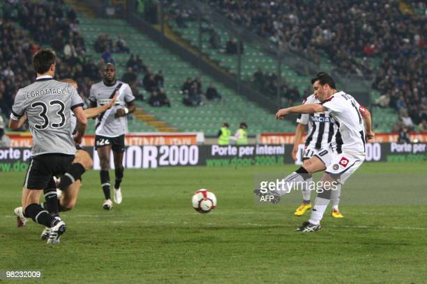 Udinese's Antonio Di Natale shoots at goal during their Serie A round of 32 football match on April 3 2010 in Udine AFP PHOTO / ANTEPRIMA AFP PHOTO /...