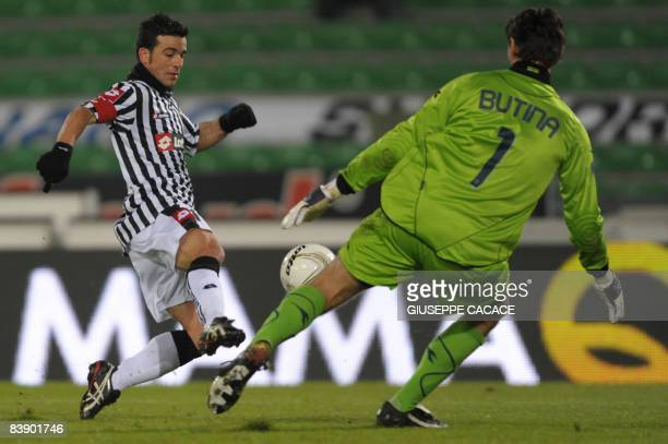 Udinese's forward Antonio Di Natale fights for the ball with Dinamo Zagreb's goalkeeper Tomislav Butina during their UEFA Cup group D football match...