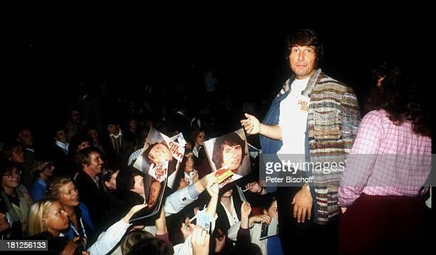 Udo Jürgens beim Autogramme geben TourneeAuftakt Udo 80 Frankfurt Fans Bühne Sänger Schlagersänger Promis Prominente Prominenter