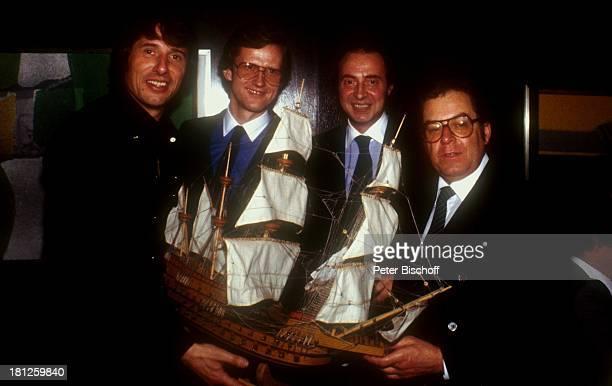 Udo Jürgens Freddy Burger Monti Lüftner Friedl Schmidt Feier zur Unterzeichnung eines neuenAriolaPlattenvertrages Zürich/Schweiz Segelschiff Brille...