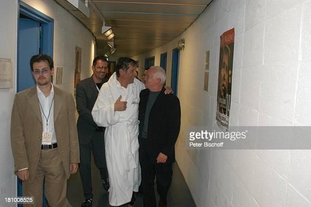 Udo Jürgens Freddy Burger Werner Baldessarini nach der Premiere der KonzertTournee 2003/04 Die Tournee München Olympiahalle Backstage umarmen...