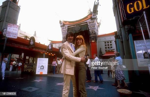 Udo Jürgens Katja Ebstein Eingangsbereich Chinesisches Theater Los Angeles Californien USA Umarmung Sänger Sängerin Schlagersänger Schlagersängerin...