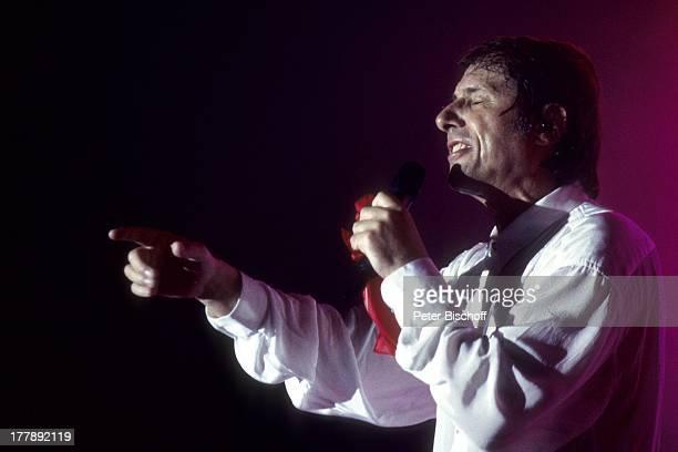 Udo Jürgens Konzert während Tournee Aber bitte mit Sahne Ludwigshafen RheinlandPfalz Deutschland Europa Auftritt Bühne Mikro singen Sänger