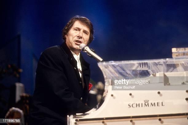 Udo Jürgens Konzert während Tournee Aber bitte mit Sahne Ludwigshafen RheinlandPfalz Deutschland Europa Auftritt Bühne Mikro singen Klavier...