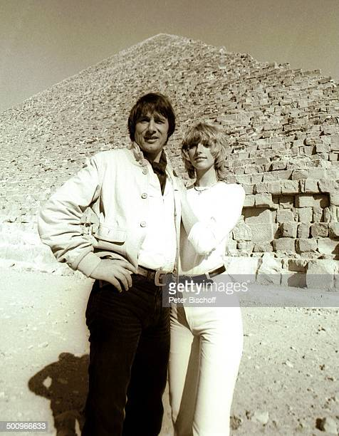 Udo Jürgens Lebensgefährtin Corinna Reinhold MS E u r o p a Gizeh/Ägypten/Afrika Wüste Stein Felsen Sand Pyramide Sänger Promi Promis Prominente...