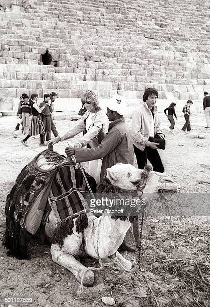 Udo Jürgens Lebensgefährtin Corinna Reinhold Landausflug bei NordafrikaKreuzfahrt M S E u r o pa Gizeh Ägypten Afrika SW schwarzweissFoto Pyramide...