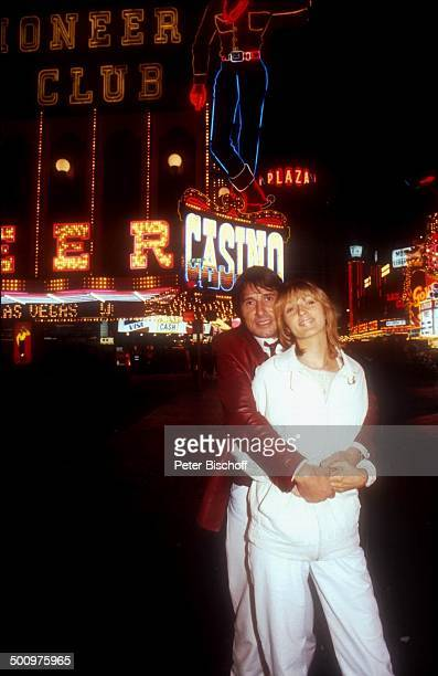 Udo Jürgens Lebensgefährtin Corinna Reinhold Las Vegas Nevada USA Nacht Leuchtreklame Umarmung Urlaub Sänger Schlagersänger Promi Promis Prominente...