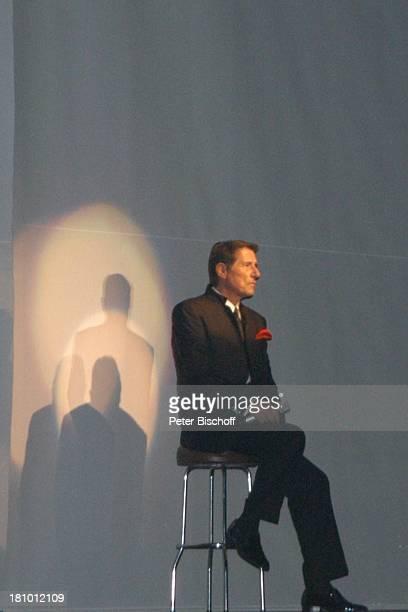 Udo Jürgens Premiere der KonzertTournee 2003/04 Die Tournee München Olympiahalle Bühne Auftritt Begrüßung des Publikums Show Sänger BarHocker Promis...