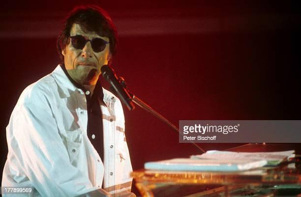 Udo Jürgens Probe zur Tournee Gestern heute morgen Zürich Schweiz Europa Auftritt Bühne Mikro singen Sonnenbrille Sänger BB/KS PNr 1000/1997