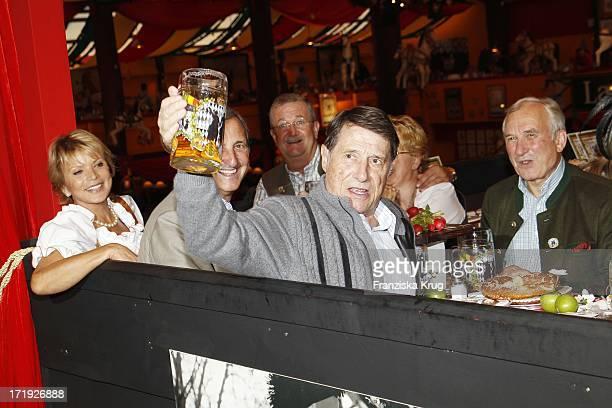 Udo Jürgens Und Uschi Glas Beim Stammtisch Von Baldessarini Im Hippodrom Auf Dem Oktoberfest In München