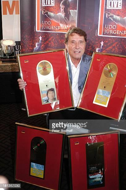 Udo Jürgens Verleihung 4 x Gold für CDJetzt oder nie Sampler Zeig mir den Platz an der Sonne Jubiläumsedition Aber bitte mit Sahne und DVD Mit 66...