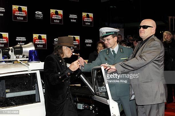 Udo Lindenberg Und Eddy Kante Bei Der Premiere Des Musicals Hinterm Horizont Im Theater Am Potsdamer Platz In Berlin