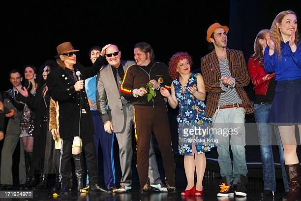 Udo Lindenberg Und Eddy Kante Mit Den Darstellern Bei Der Premiere Des Musicals Hinterm Horizont Im Theater Am Potsdamer Platz In Berlin