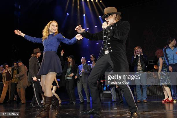 Udo Lindenberg Und Josephin Busch Bei Der Premiere Des Musicals Hinterm Horizont Im Theater Am Potsdamer Platz In Berlin