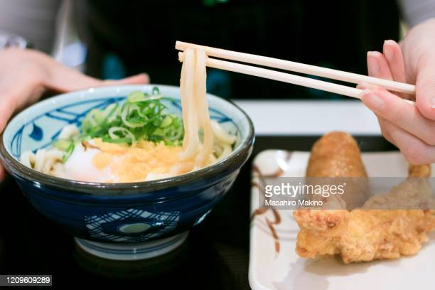 udon noodles - tenkasu stock pictures, royalty-free photos & images
