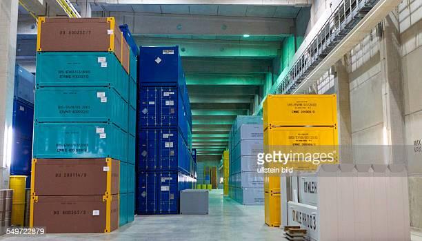 Uebereinandergestapelte Endlagerbehaelter stehen in der Halle 3 des Zwischenlagers Nord in Lubmin . In der Halle stehen Behaelter mit Resten der...