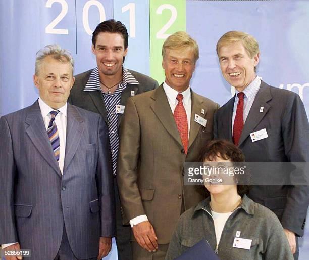 UEbergabe der Bewerbungsunterlagen fuer die Olympischen Spiele 2012 Frankfurt 150502 NOK PRAESIDENT Walther TROEGER Michael STICH BUERGERMEISTER Ole...