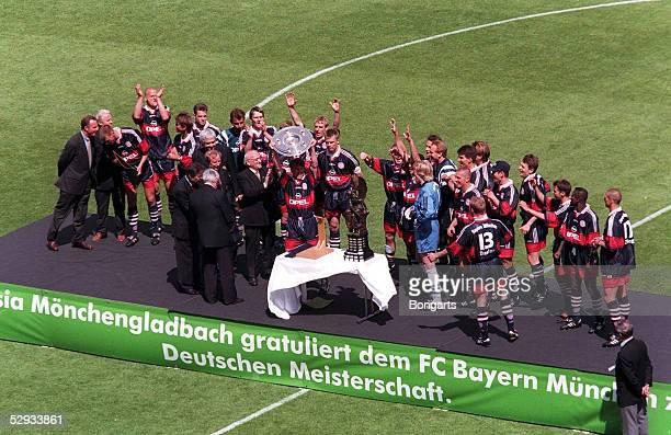 2 310597 UEbergabe der Meisterschale durch DFB Praesident Egidius BRAUN