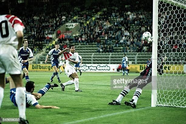 Bayer 04Leverkusen PSV Eindhoven 54 UlfKirsten erzielt gegenTorwart Menzo das 10